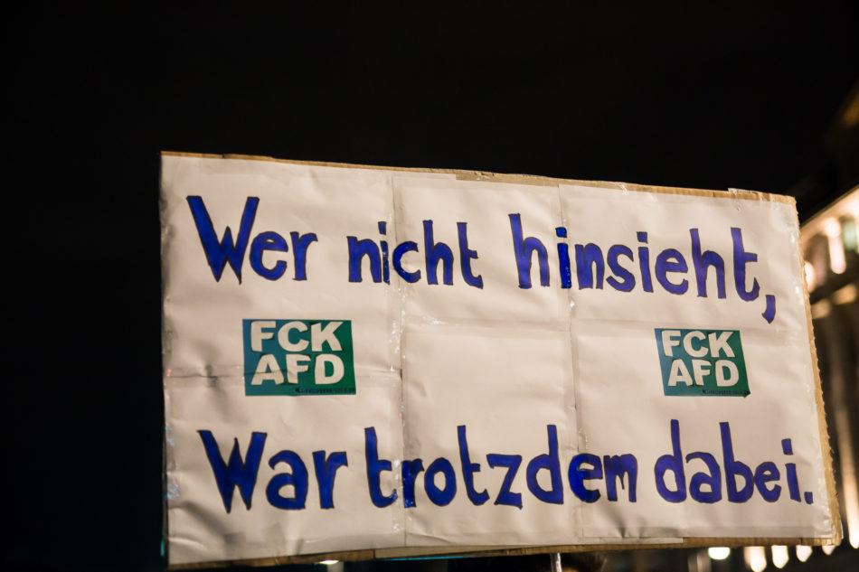 """Ein Schild auf der Demo """"Wer nicht hinseiht, war trotzdem Dabei"""""""