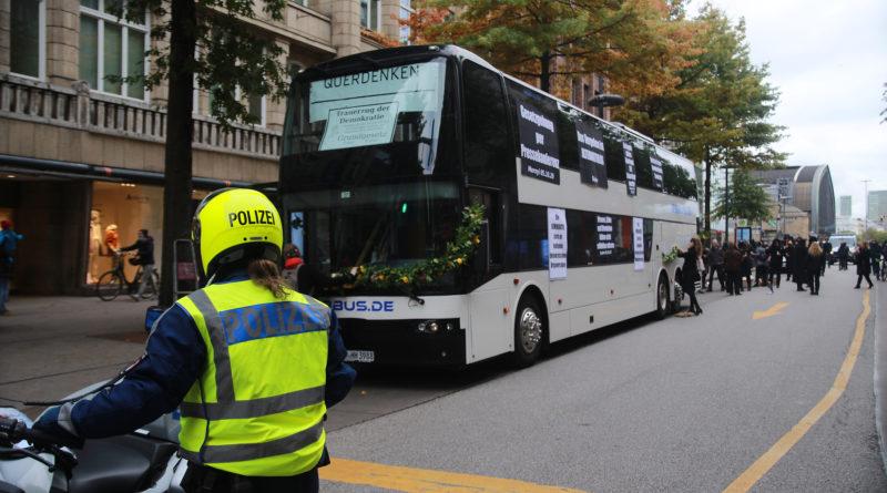Querdenken Demo in Hamburg - Corona Leugner und Verschwörungstheoretiker Demonstrieren in Hamburg