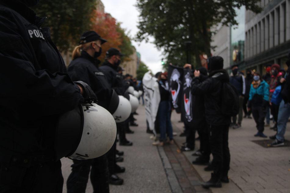 Die Demonstration blieb nicht wiederspruchlos. Eine Gegendemonstration begleitete die Coronaleugner Demo