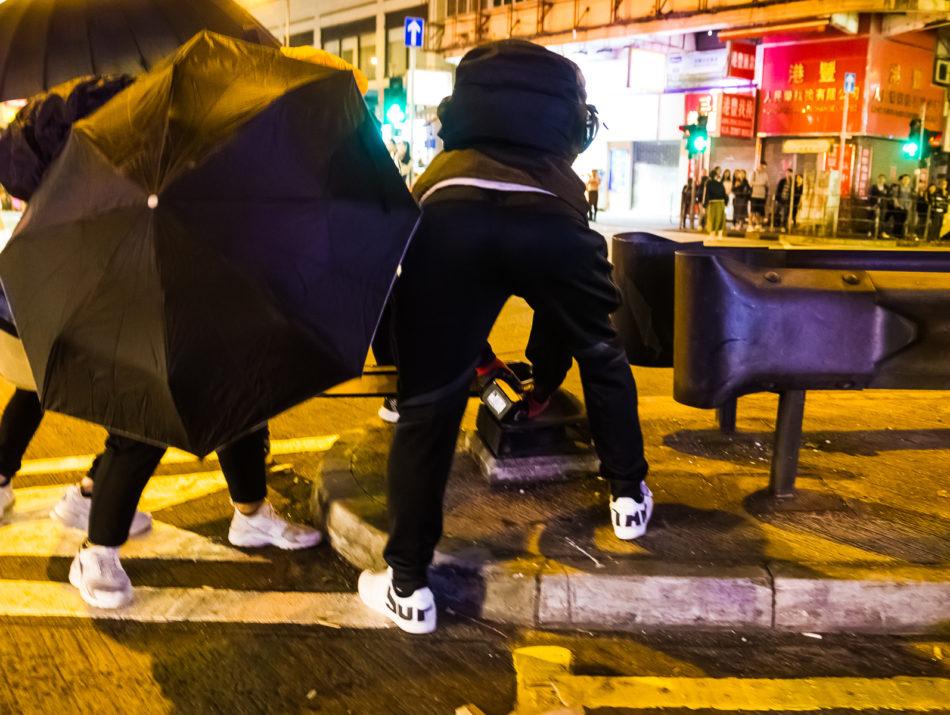 Einer der Protestierenden hatte ein Trennschleifgerät dabei