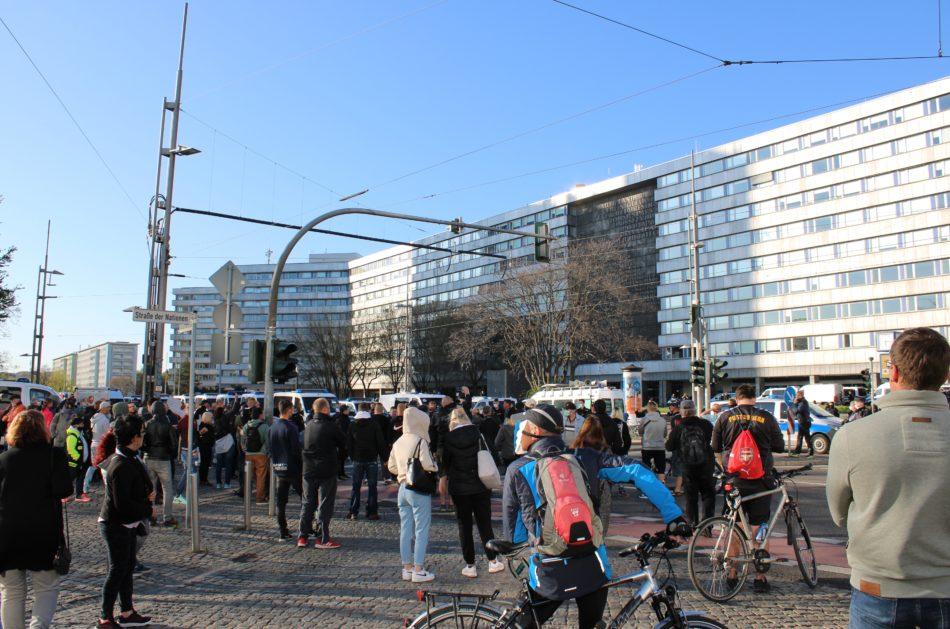 Es sind deutlich mehr als die erlaubten 15 Teilnehmer zu der Pro Chemnitz Demo gekommen