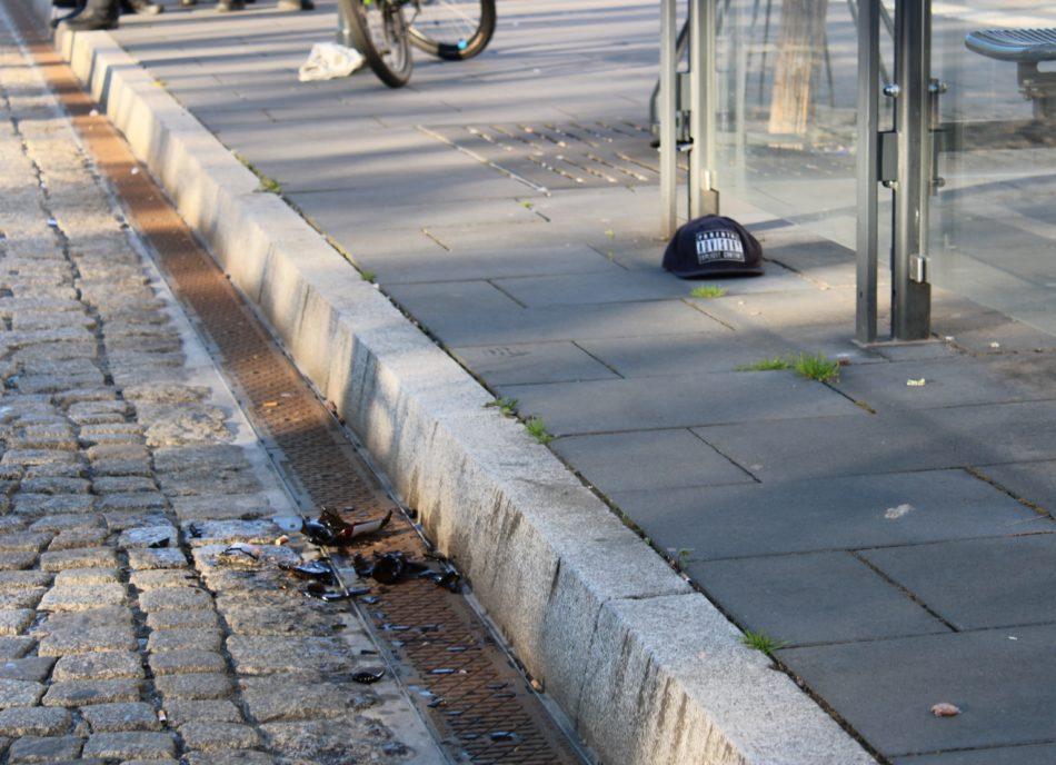 Aus der Demo heraus wurde unter anderem mit einer Bierflasche auf Beamte geworfen