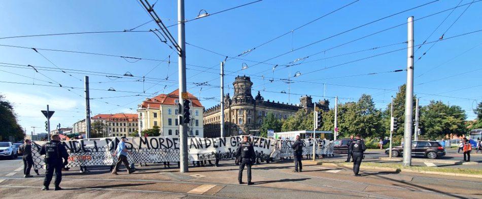"""Bis zu 400 Menschen gingen am 20. September 2020 in Dresden unter dem Motto """"Evacuate them all!"""" auf die Straße. Ein bedrohte Teilnehmer später."""