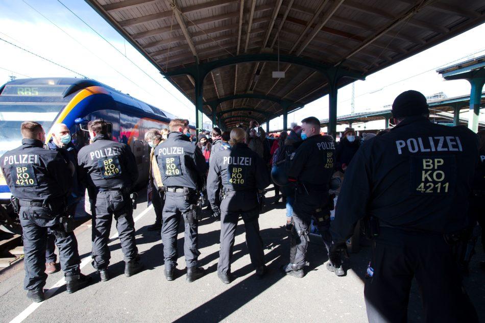 Anreisende Teilnehmer der Querdenken Demo werden am Bahnhof gestoppt