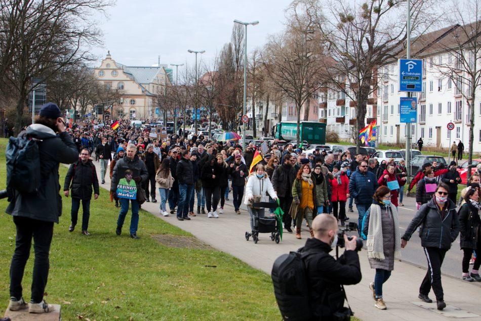 Vom Friedrichsplatz hat sich eine nicht erlaubte Demonstration unbegleitet von der Polizei in gang gesetzt