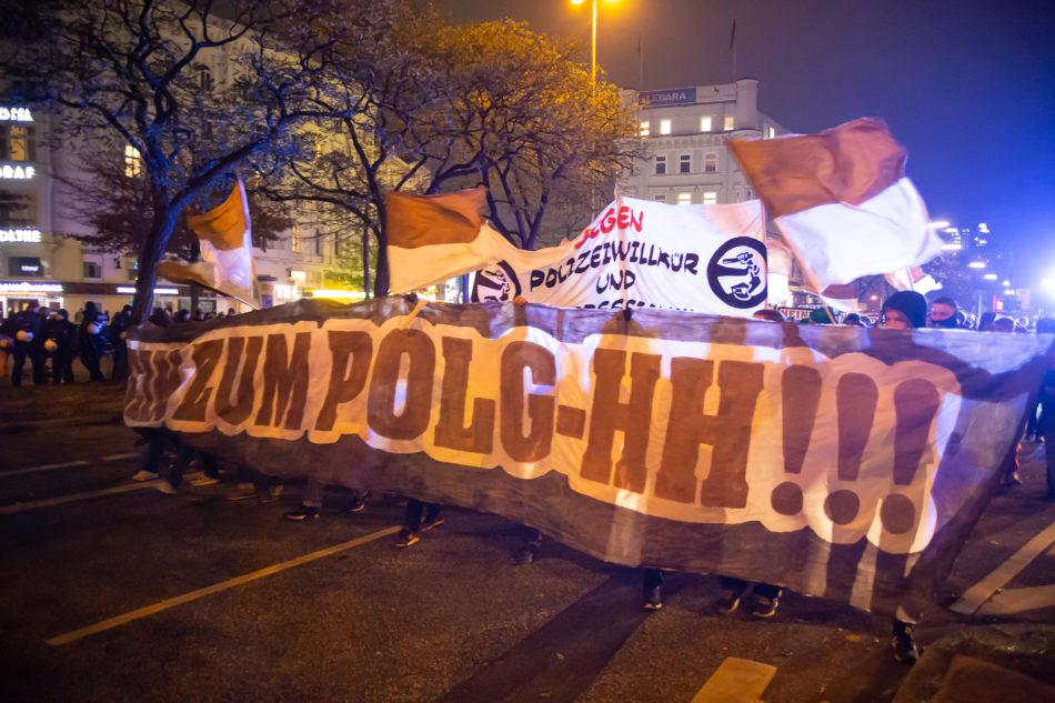 Ein großer Block von St. Pauli Fans nahm an der Demonstration gegen das Hamburger Polizeigesetz teil