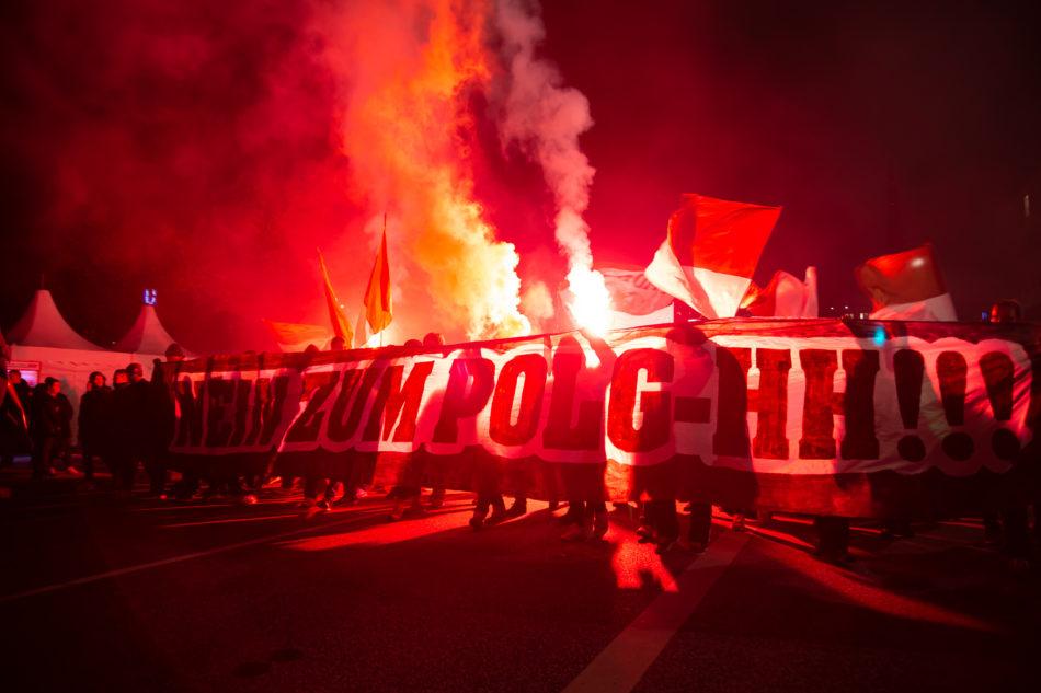 Am St. Pauli Transparent wurde bei der Zwischenkundgebung der Demonstration gegen das Hamburger Polizeigesetz Pyrotechnik gezündet