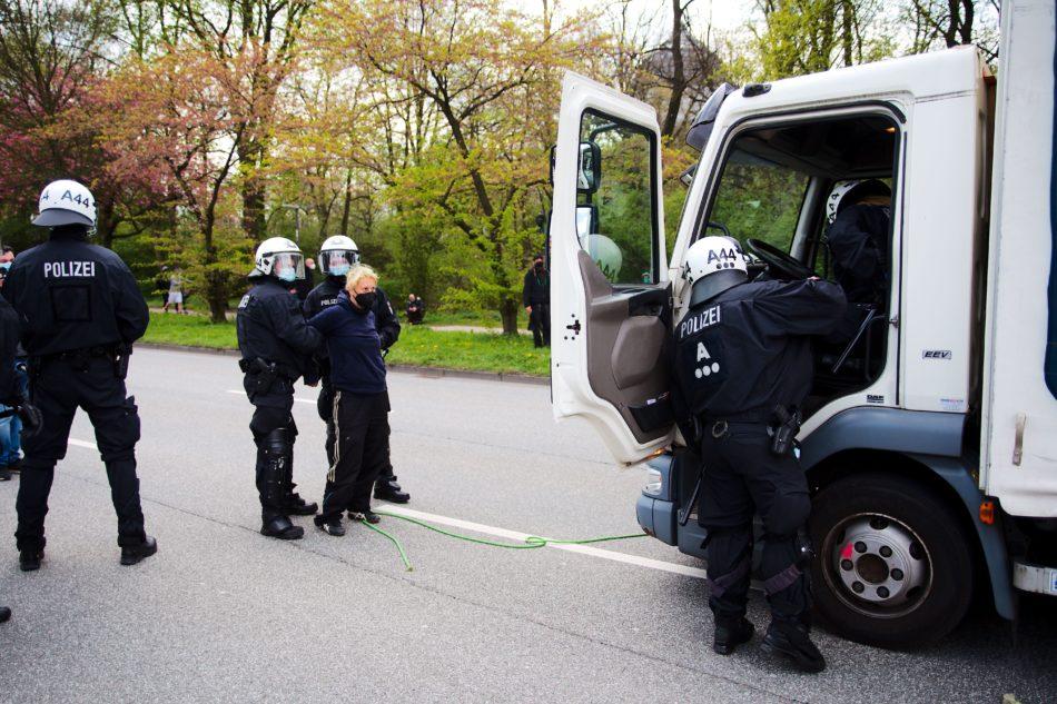 Polizei übernimmt die Kontrolle des Lautis bei Polizei bei 1. Mai Demonstration in Hamburg 2021