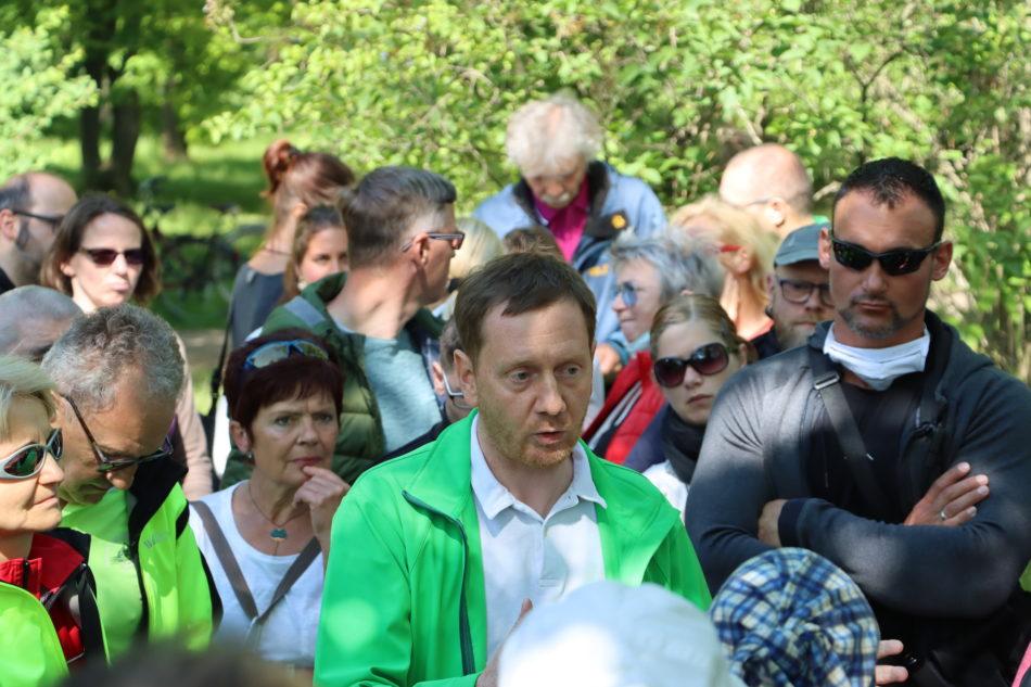 Ministerpräsident Michael Kretschmer (CDU) ohne Mundschutz im großen Garten