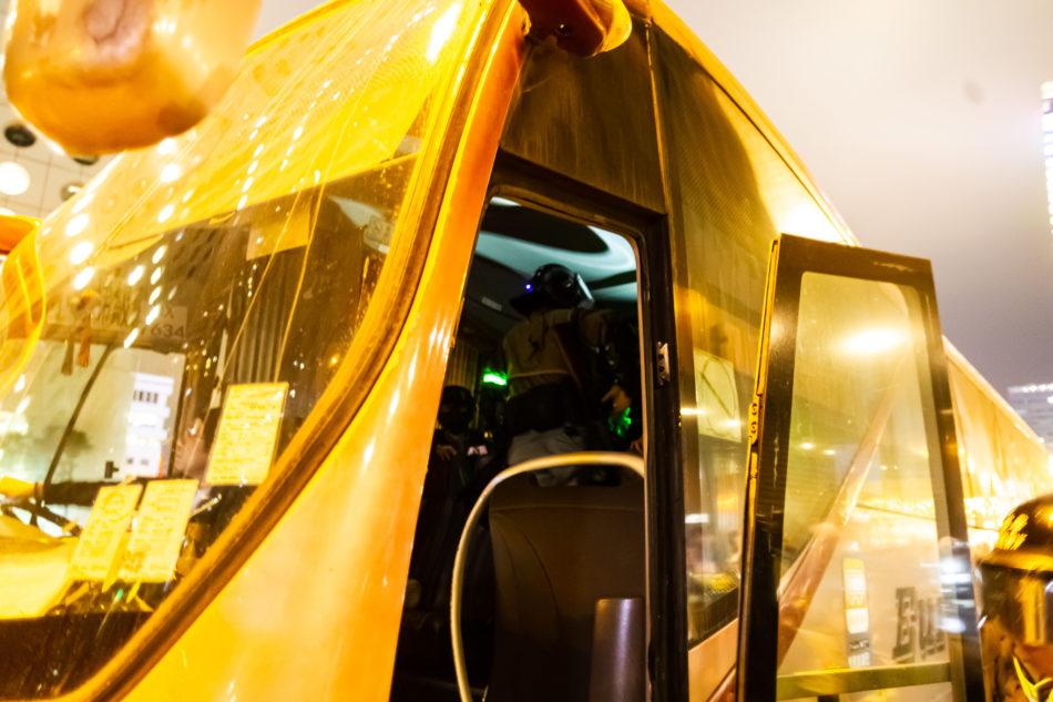 Polizisten in Hongkong nutzen einen Reisebus