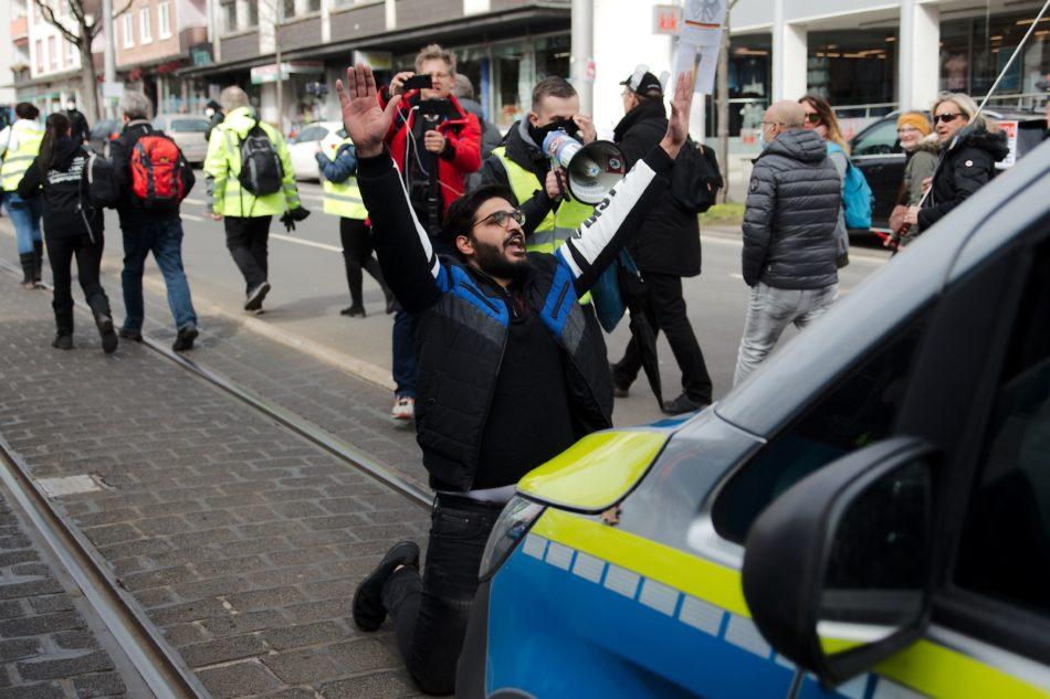 Immer wieder blockierten Personen aus der untersagten Demonstration die Polizei