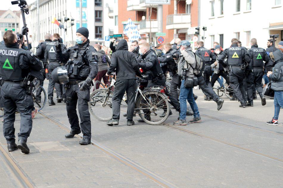 Nach dem die Unterstützung angekommen ist, wurde sich erst mal rabiat um die wenigen Gegendemonstranten gekümmert