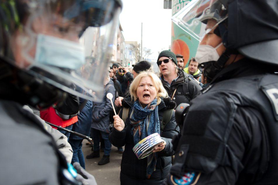 Teilnehmer der untersagten Querdenken Demonstration in Kassel