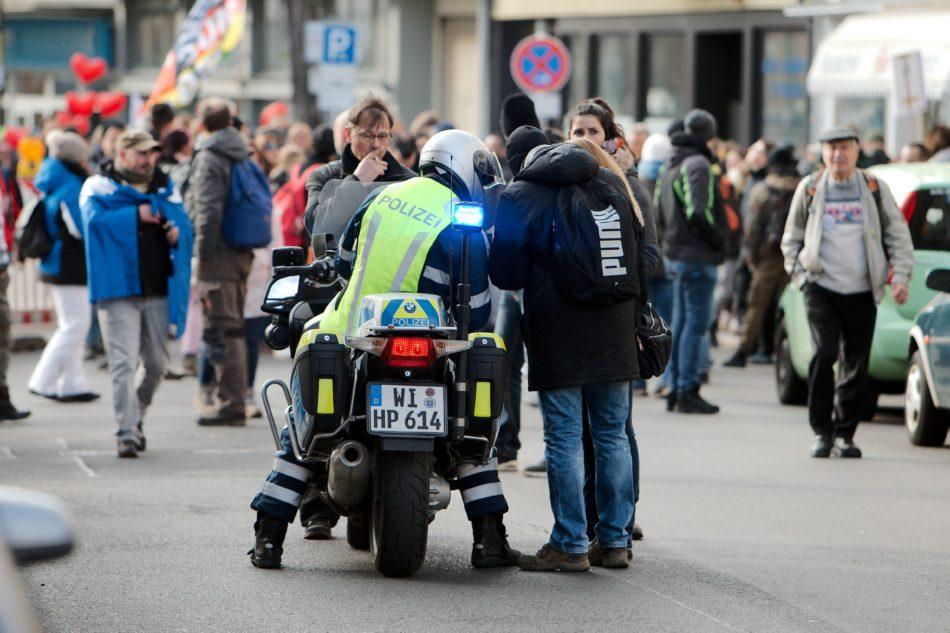 Die Polizei verhinderte die zweite untersagte Demonstration nicht nur nicht, sondern half auch noch bei der Routenfindung