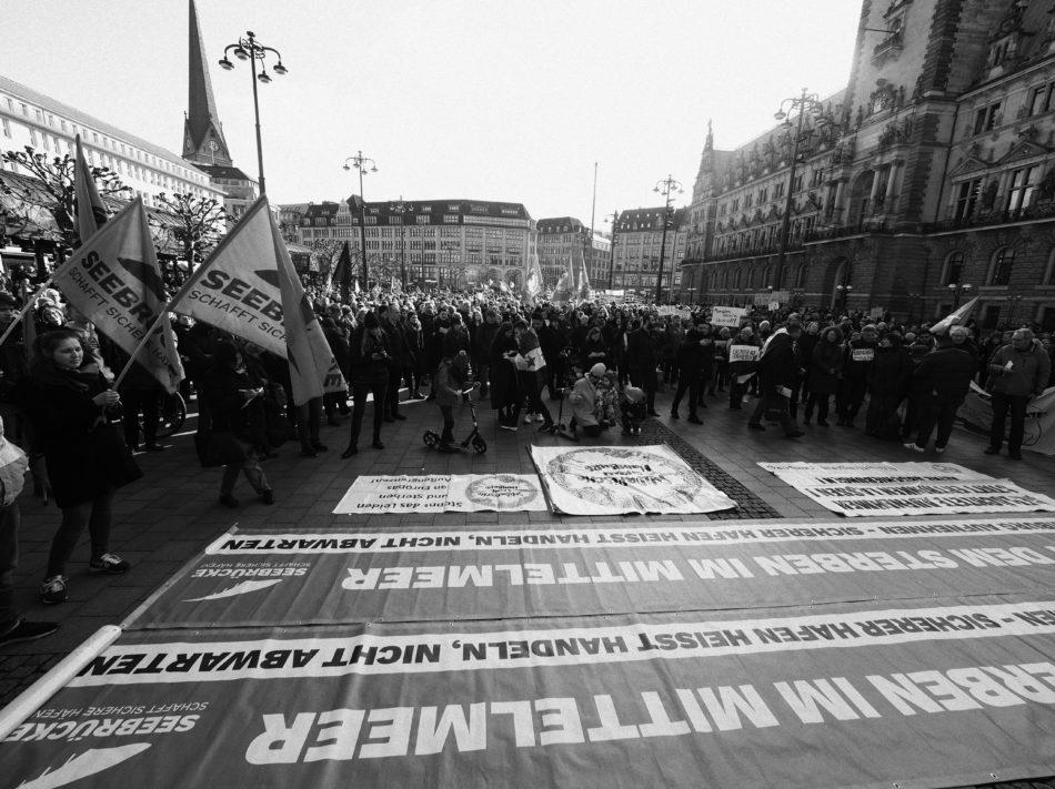 In Hamburg demonstrieren tausende für die Aufnahme von Geflüchteten