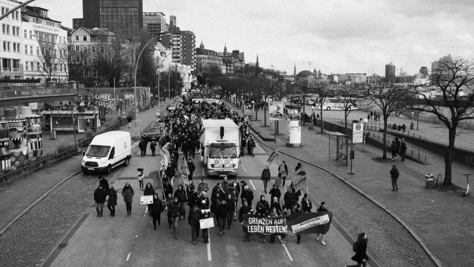 Tausende Demonstrieren für die Aufnahme von Geflüchteten in Hamburg.