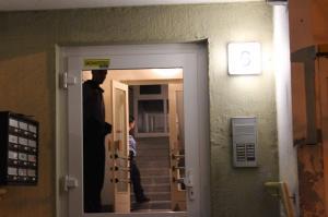 Polizei im Hauseingang